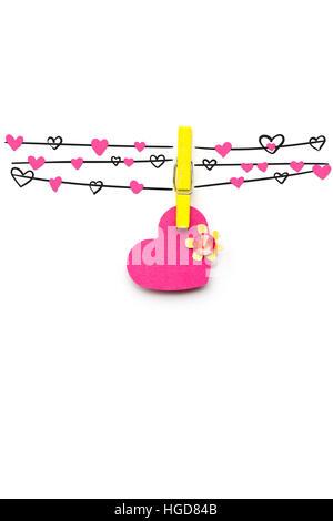 Kreative Valentines Konzept Foto des Herzens fixiert auf das Seil auf weißem Hintergrund. - Stockfoto