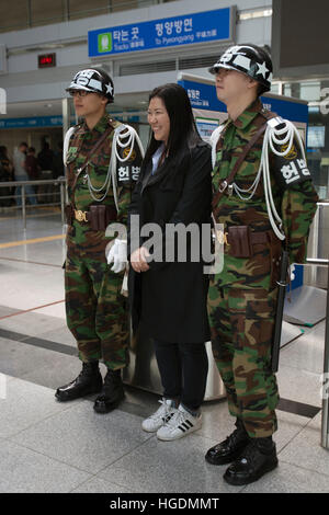 Frau posiert mit Soldaten Dorasan Bahnhof Endstation in Südkorea vor Nordkorea - Stockfoto