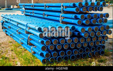 Blaue PVC-Wasserrohre im Stapel auf Stapel öffnen Lagerung bei einer Fabrik - Stockfoto