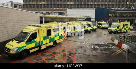 Krankenwagen außerhalb der Unfall- und Notaufnahme des Royal Liverpool University Hospital. - Stockfoto