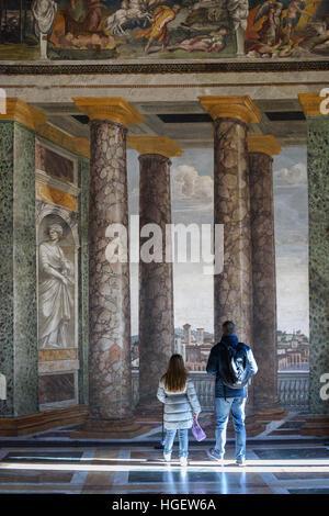Rom. Italien. Villa Farnesina. Besucher in der Sala Delle Prospettive (Halle der Perspektiven), Fresken von Baldassare - Stockfoto