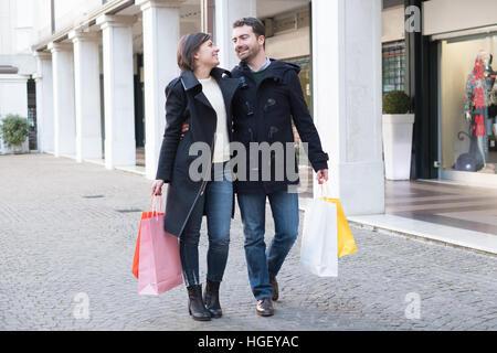 Paar in Einkaufszeit zu Fuß in die Stadt Straße - Stockfoto