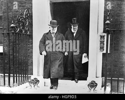 Lloyd George und Winston Churchill verlassen 10 Downing Street.  1922. - Stockfoto