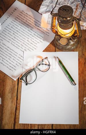 Schreiben, auf die sauberen weißen Buchstaben. Vintage Sachen auf alten Holztisch, alte Gläser, Bleistift, Kugelschreiber, - Stockfoto