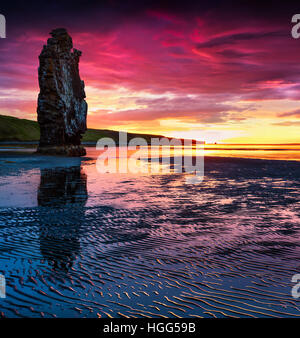 Riesige Basalt Stack Hvítserkur an der Ostküste der Halbinsel Vatnsnes. Bunte Sommer Sonnenaufgang im Nordwesten Islands, Europa.
