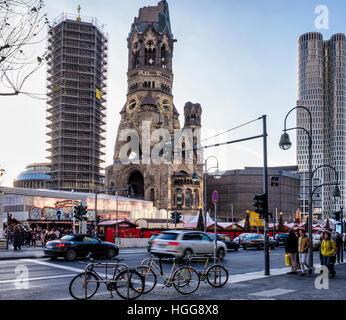Betonblöcke schützen Kaiser Wilhelm Denkmal Kirche & deutschen Weihnachtsmarkt nach Terror-Angriff, Breitscheidplatz, - Stockfoto