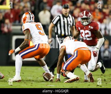 Tampa, USA. 9. Januar 2017. Clemson Tigers quarterback Deshaun Watson (4) klettert für die lockere Kugel nach Fummelei - Stockfoto