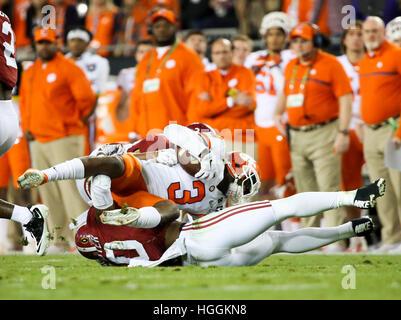 Tampa, USA. 9. Januar 2017. Clemson Tigers Wide Receiver Artavis Scott (3) von Alabama Crimson Tide Linebacker Reuben - Stockfoto