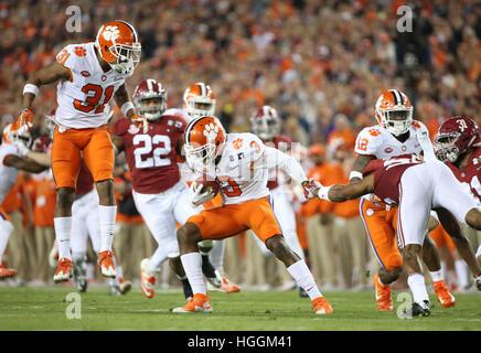 Tampa, USA. 9. Januar 2017. Clemson Tigers Wide Receiver ARTAVIS SCOTT (3) läuft der Ball als Clemson Tigers Sicherheit - Stockfoto