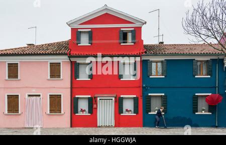 Bunte rosa, blauen und roten Häuser auf Burano, Venedig, Italien - Stockfoto