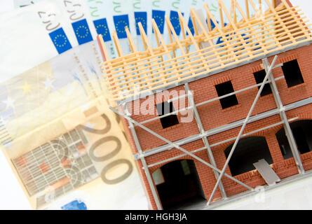 Rohbau-Modell mit Banknoten - Stockfoto