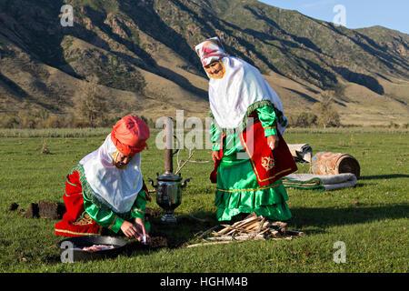 Kasachische Frauen in Trachten Kochen unter freiem Himmel, im Dorf bleiben, Kasachstan - Stockfoto