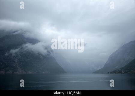 Norwegische Landschaft mit Eidfjord, Zweig der Hardangerfjord, der vierte längste Fjord der Welt und das zweite - Stockfoto
