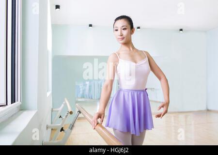 Junge Frau üben Ballett im Tanzstudio - Stockfoto
