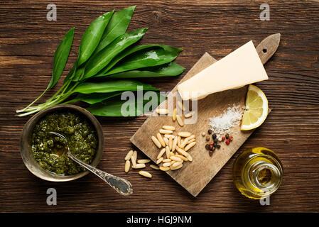 Bärlauch Pesto Zutaten auf hölzernen Hintergrund - Stockfoto