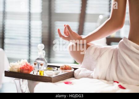 Rückansicht des schönen jungen Frau, meditieren - Stockfoto
