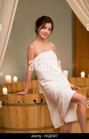 Schöne junge Frau in der Badewanne sitzen - Stockfoto