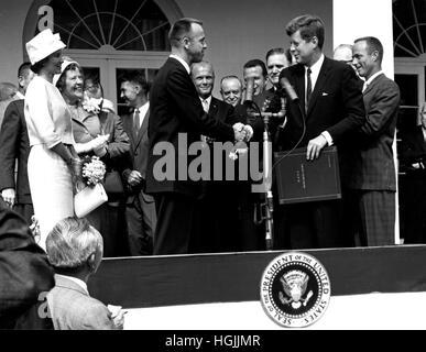 US-Präsident John F. Kennedy gratuliert Astronaut Alan B. Shepard, Jr., der erste Amerikaner im Weltall, auf seine - Stockfoto