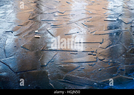London, UK. 22. Januar 2017. Gefrorene Eisformationen gesehen auf Grönland Dock in Süd-Ost-London © Guy Corbishley/Alamy - Stockfoto