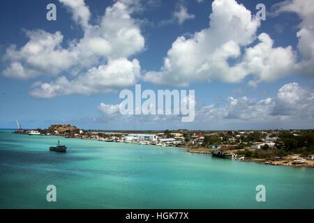Blauer Himmel & türkisfarbenem Wasser. Aus Port St John's, Antigua an einem schönen Tag, Caribbean Kreuzfahrt. - Stockfoto