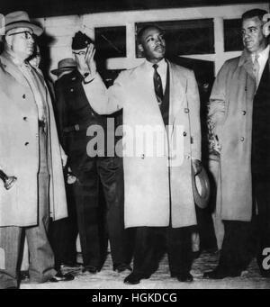 Dr. Martin Luther King, Jr. Adressierung einer Menschenmenge aus seiner Veranda nach seinem Haus in Montgomery, - Stockfoto
