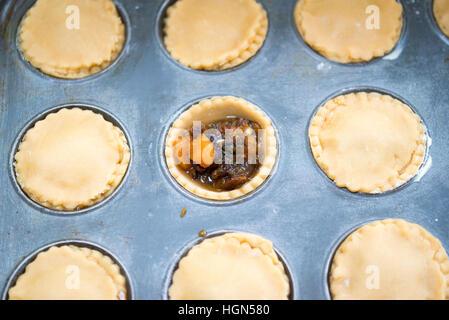 Hausgemachte Mince Pies. Fällen Gebäck gefüllt mit Hackfleisch im Ofen einsatzbereit - Stockfoto