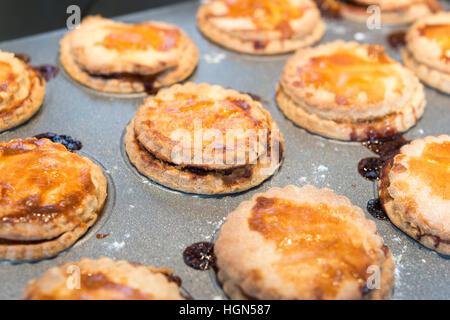 Homemade gekocht Mince Pies. Fällen Gebäck gefüllt mit Hackfleisch frisch aus dem Ofen - Stockfoto