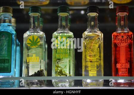 spezielle alkoholische Getränke Cannabis und Wurm Vodka Flasche ...