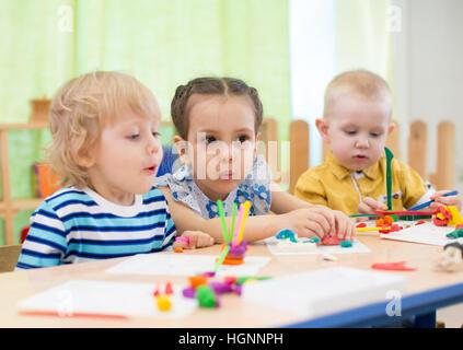Kinder tun Kuchen in Kindertagesstätte - Stockfoto
