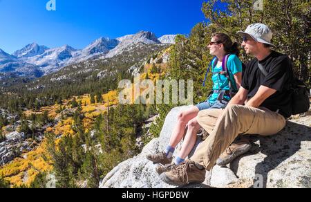 Paar Blick auf kleine Seen-Tal im Rock Creek Canyon von einem Aussichtspunkt aus Mono Pass Trail - Stockfoto