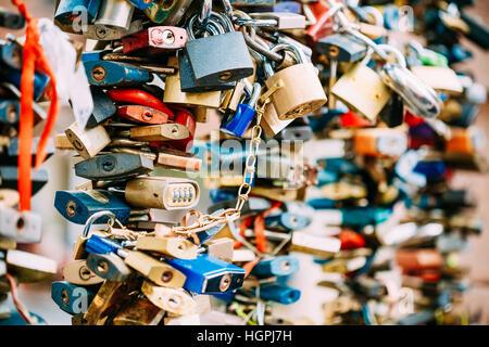 Viele Liebe Sperren auf Brücke in der europäischen Stadt symbolisieren Liebe für immer. - Stockfoto
