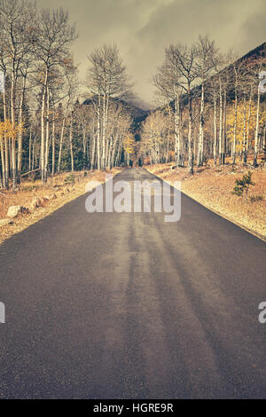 Retro-Farbe getönt Herbst Straße nach dem Regen in den Rocky-Mountains-Nationalpark, Colorado, USA. - Stockfoto