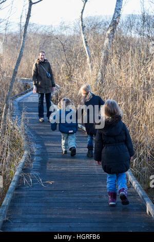 Mutter & 3 Kinder drei Kinder Töchter auf Gehweg Weg Fuß Weg Fußweg Marais de Lavours National Nature Reserve. Frankreich - Stockfoto