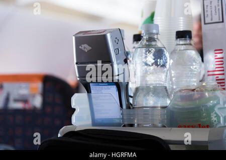 Geld Zahlung terminal Gerät & Trolley Wagen. Kabinenluft Crew Nimm Beifahrer Kreditkartenzahlung für Getränke Snacks - Stockfoto
