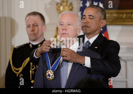 Washington DC, USA. 12. Januar 2017. US-Präsident Barack Obama stellt die Medal Of Freedom für uns Vice President - Stockfoto
