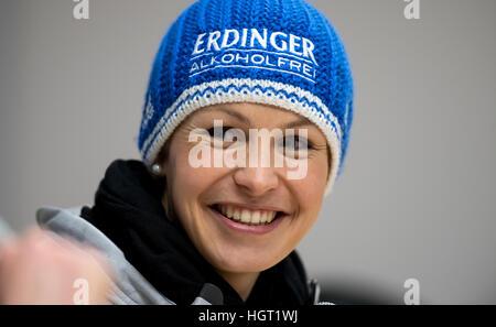 Ruhpolding, Deutschland. 13. Januar 2017. Ehemalige deutsche Biathletin spricht Magdalena Neuner während einer Pres - Stockfoto