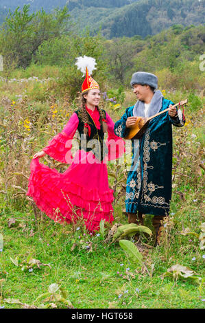 Kasachische Mann singen und spielen Dombura für eine Frau, kasachische ethnographische Dorf Aul Gunny, Talgar City, - Stockfoto