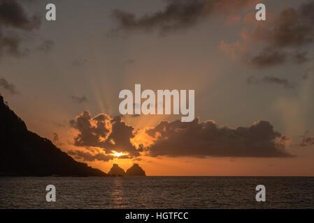 Sonnenuntergang an der Morro Pico, über die Ilhas Bois Bromberg, den Twin Brother Islands, Fernando De Noronha, - Stockfoto