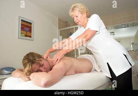 Masseurin massieren einem weiblichen Kunden - Stockfoto