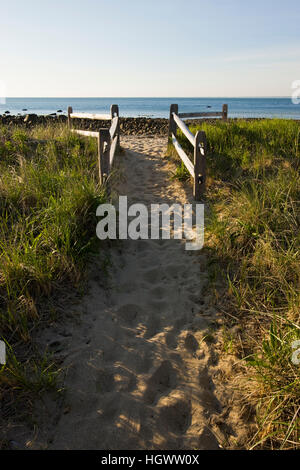 Der Pfad zum Strand am Center Hill Preserve in Plymouth, Massachusetts.  Cape Cod Bay. - Stockfoto