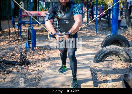 Zugeschnittenen Schuss des starken Mannes während Gewicht Training im freien - Stockfoto