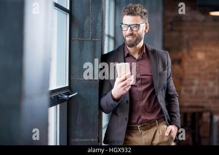 Geschäftsmann mit Smartphone - Stockfoto