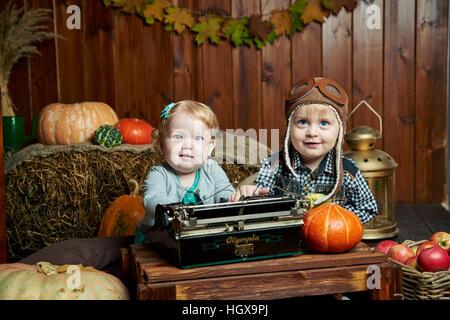jungen und Mädchen blaue Augen im Herbst - Stockfoto