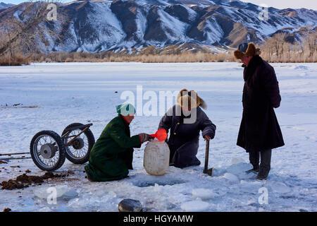Mongolei, Provinz Bayan-Ölgii, Landschaft im Winter, kasachischen Familie Wasser Plackerei - Stockfoto
