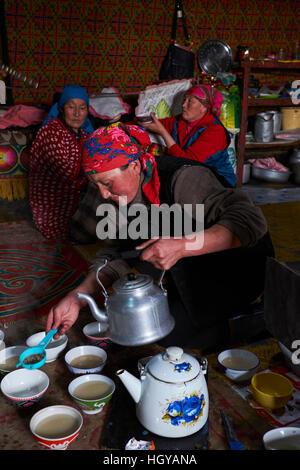 Mongolei, Provinz Bayan-Ölgii, Landschaft im Winter, kasachischen Familie, Tea-time - Stockfoto