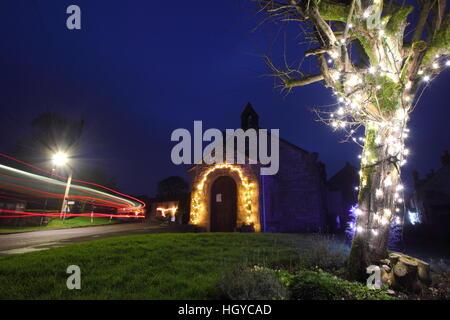 Eine kleine Kirche dekoriert für Weihnachten in Foolow; ein schönes Dorf in der englischen Landschaft in der Dämmerung, - Stockfoto
