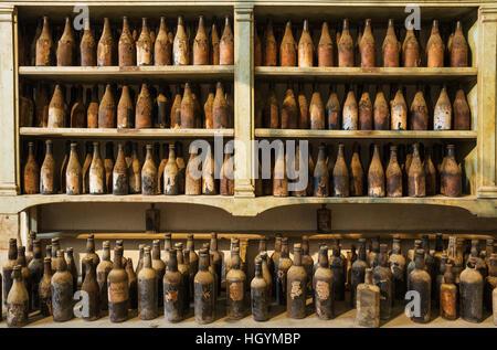 Showroom mit alten Staub bedeckt Sherry Flaschen, Weingut Bodega Gonzalez Byass, Jerez De La Frontera, Provinz Cadiz, - Stockfoto