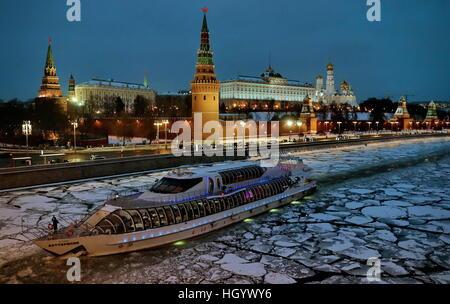 Moskau, Russland. 14. Januar 2017. Ein Blick auf den Moskauer Kreml und einem Ausflugsschiff, der seinen Weg entlang - Stockfoto