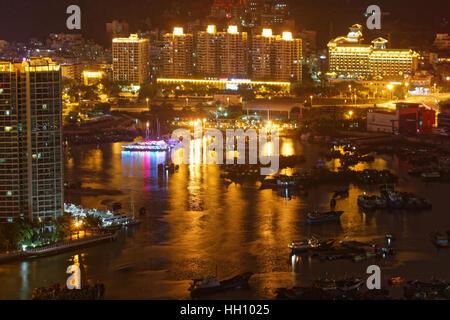 Sanya Hafen bei Nacht, Blick vom LuHuiTou Park - Stockfoto