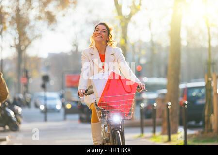 Paris, Frau Reiten ein Vélib in Paris Straße - Stockfoto